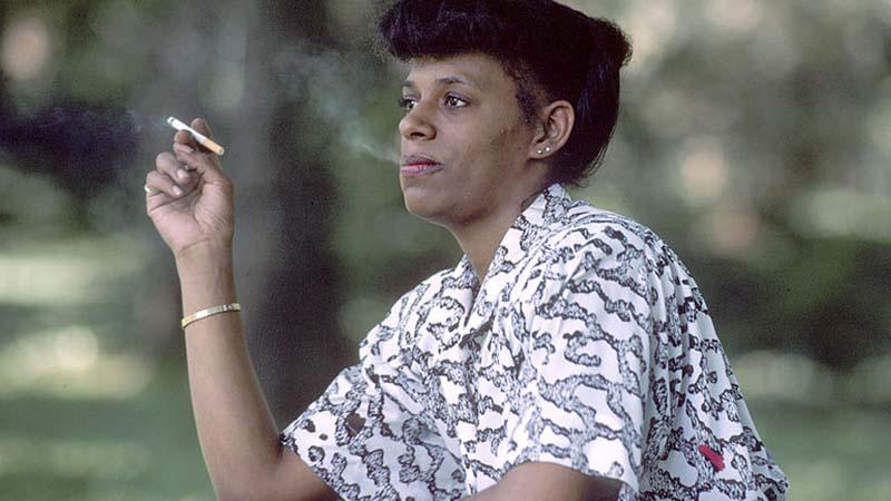 Bahaya Rokok Herbal - Cewek Merokok