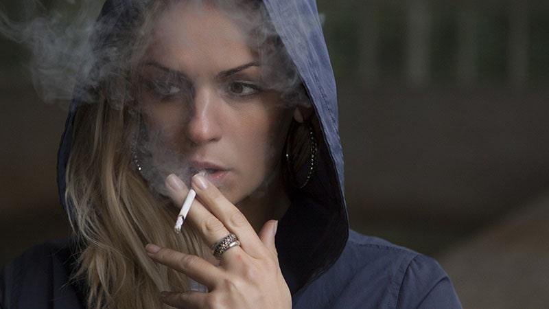 efek rokok pada kulit wajah -wanita merokok